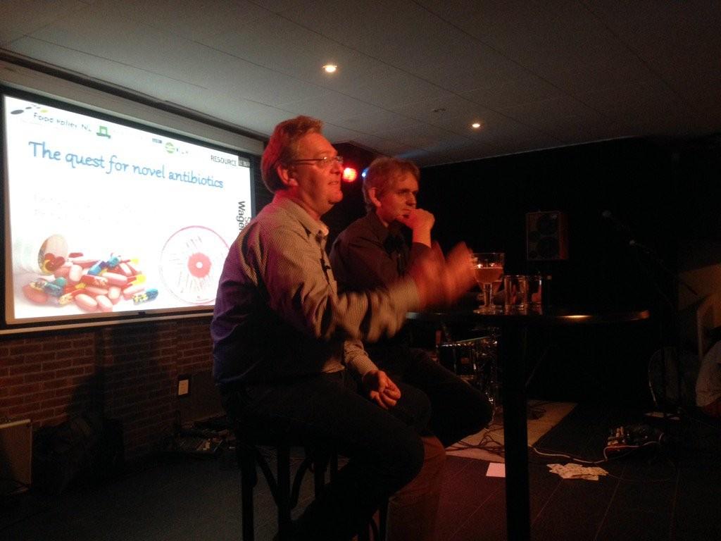 Los profesores Gilles de Wezel y Oscar Kuipers, respondiendo a las preguntas del público (fuente @SciCafeWa)